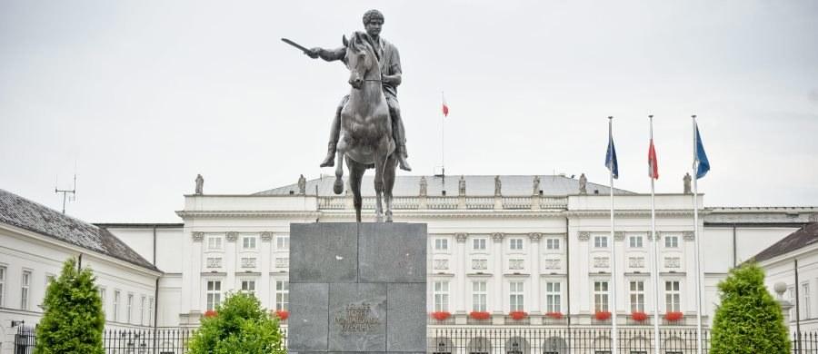 Jeden z najbardziej rozpoznawalnych warszawskich monumentów, pomnik księcia Józefa Poniatowskiego, stoi od półwiecza na Krakowskim Przedmieściu. Został tam przeniesiony 18 października 1965 r. z Łazienek.