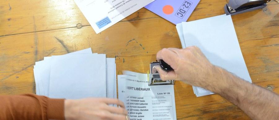 Na fali nastrojów antyimigranckich prawica reprezentowana przez Szwajcarską Partię Ludową (SVP), a także przez ugrupowanie FDP, zwiększyła w niedzielnych wyborach liczbę mandatów w 200-osobowej Radzie Narodowej, izbie większej parlamentu federalnego.