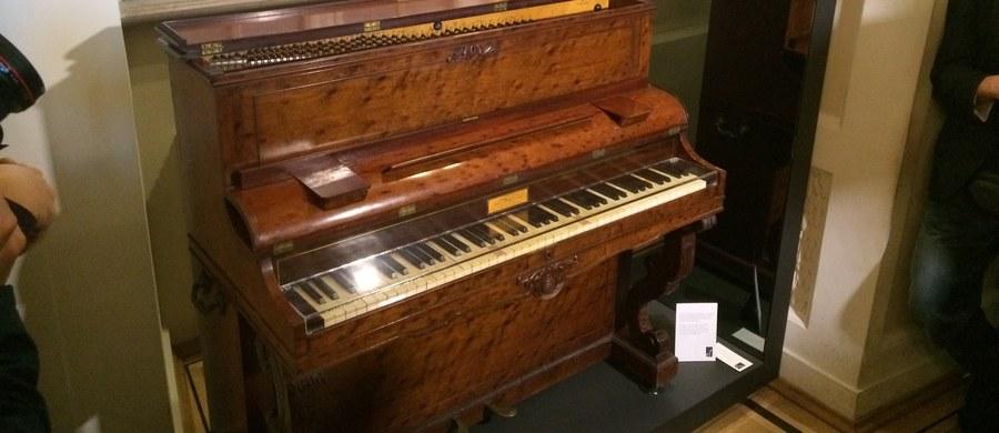 Muzeum Fryderyka Chopina w Warszawie wzbogaciło się o nowy instrument. Fundacja Chopinowska z Miami przekazała dziś oficjalnie pianino marki Pleyel z autografem kompozytora.