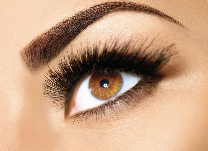 Co zrobić, aby oczy wydały się większe? Kosmetyczka zdradza kilka makijażowych trików. Teraz coraz częściej spotykany, zwłaszcza u starszych pacjentek jest również problem opadających powiek. Każda twarz starzeje się na swój sposób. Obecnie najpopularniejszym zagiegiem, który pomaga zatrzymać proces opadania powieki jest ten z użyciem nici liftingujących.