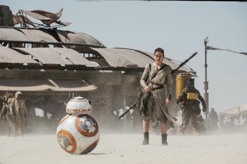 """Wytwórnia Disney Studios potwierdziła, że Rian Johnson rozpoczął zdjęcia do ósmego epizodu """"Gwiezdnych wojen"""". Film ma wejść do kin 15 grudnia 2017 roku."""