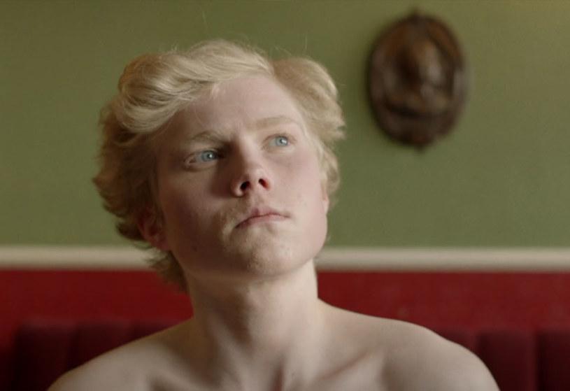 """Zwycięzca pierwszej edycji brytyjskiego """"Idola"""" zaprezentował nowy teledysk do utworu """"Brave Man"""" z płyty """"85%  Proof""""."""