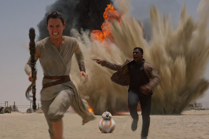"""Lucasfilm zaprezentował właśnie ostateczny zwiastun filmu """"Gwiezdne wojny: Przebudzenie Mocy"""". Kilkanaście godzin wcześniej zobaczyliśmy, jak będzie wyglądał polski plakat tej oczekiwanej przez miliony fanów produkcji."""