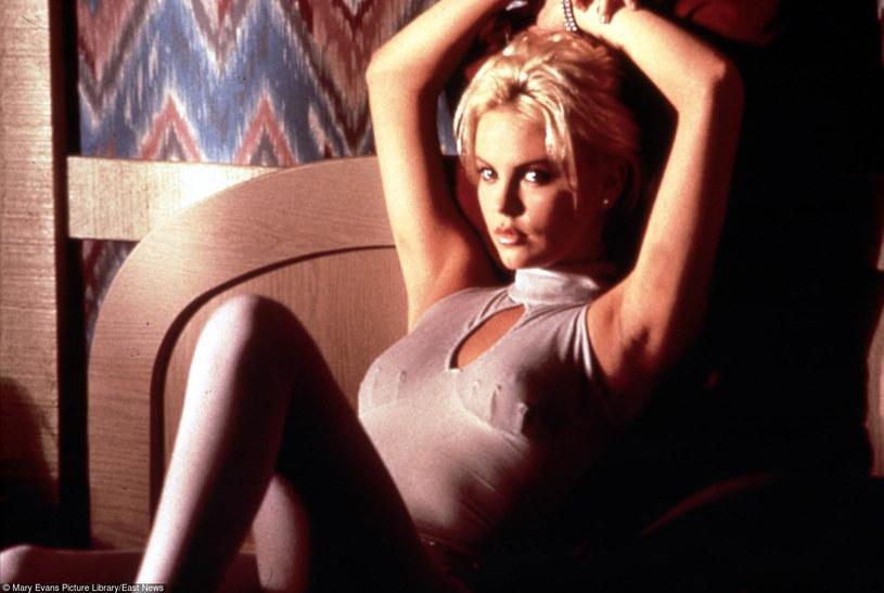 """Reżyser Paul Verhoeven ujawnił, że o rolę w głośnym filmie """"Showgirls"""" (1996) ubiegała się Charlize Theron. Przyszła laureatka Oscara przegrała jednak rywalizację z Elizabeth Berkley."""