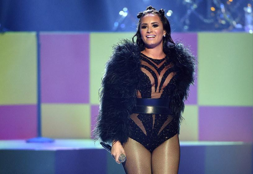 """16 października do sprzedaży trafił nowy album Demi Lovato zatytułowany """"Confident"""". Znalazł się na nim utwór """"Father"""", który opowiada o skomplikowanej relacji amerykańskiej wokalistki z ojcem oraz o tym, jak radziła sobie po jego śmierci."""