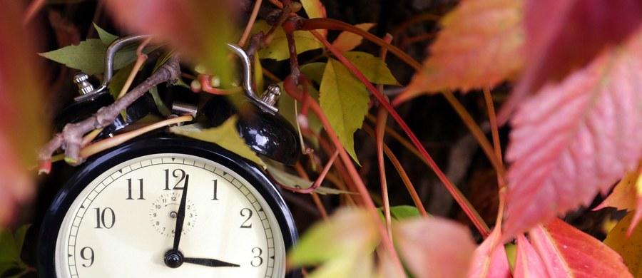 W nocy z soboty na niedzielę zmieniamy czas z letniego na zimowy. 25 października cofniemy wskazówki zegarów z godz. 3.00 na godz. 2.00, dzięki czemu będziemy spali o godzinę dłużej. Czas letni zacznie znów obowiązywać 27 marca 2016 roku.