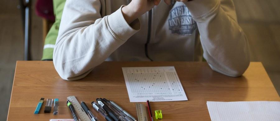 """Wybór przedmiotu na maturze to dla jednych krótka piłka, dla innych - twardy orzech do zgryzienia. Które przedmioty najczęściej wybierają maturzyści, a które egzaminy maturalne zdaje w Polsce tylko kilka osób? """"Ten rok znacząco zmienił kwestie ich wyborów"""" - mówi Marcin Smolik, dyrektor Centralnej Komisji Egzaminacyjnej."""