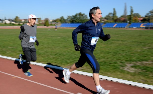"""""""Zmiany w temperaturach, zwiększona wilgotność - to wszystko wpływa niekorzystnie na nasz narząd ruchu, wpływa na zaburzenia krążenia, metabolizm, co może powodować obrzęk i ból"""" - mówi gość programu """"Danie do Myślenia"""" w RMF Classic neurolog i ortopeda prof. Robert Gasik. """"Powinniśmy zacząć od tego, żeby pamiętać o odpowiedniej diecie, odpowiednim ubraniu, żeby jednak zachowywać odpowiednią ruchomość. Zimne dni powodują zmniejszenie aktywności fizycznej. To wpływa na stawy i cały układ ruchu"""" - dodaje profesor. Sport to zdrowie? """"Bardzo często u 'niedzielnych' sportowców pojawiają się poważne uszkodzenia - zerwanie ścięgna Achillesa, uszkodzenie stawów kolanowych, kręgosłupa. To są rzeczy nie do odtworzenia"""" - odpowiada gość RMF Classic."""
