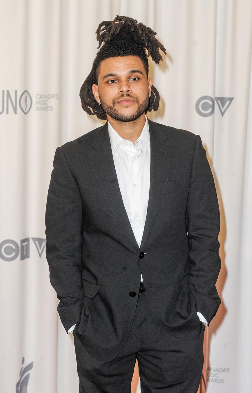 """Abel Tesfaye tworzący jako The Weeknd pojawił się na okładce najnowszego numeru magazynu """"Rolling Stone"""". W wywiadzie dla czasopisma muzyk opowiedział m.in. o swoim pierwszym spotkaniu z Taylor Swift, w czasie którego wokalistka... gładziła jego włosy."""