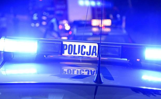 """1 osoba zginęła, a 13 zostało rannych w zderzeniu autokaru z samochodem osobowym w Kiezmarku koło Gdańska. Krajowa """"siódemka"""" jest na tym odcinku zablokowana."""