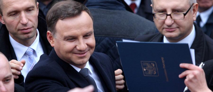 """Prezydent Andrzej Duda wygłosił w piątkowy wieczór telewizyjne orędzie do Polaków. """"Każdy rząd, również ten przyszły, by realizować dobre dla kraju zmiany, potrzebuje silnego mandatu społecznego"""" - powiedział. """"Dlatego proszę, idźmy na wybory, bo to, czy będziemy żyć zgodnie, budując wspólną, dobrą przyszłość zależy tylko od nas i od naszych decyzji"""" – zachęcał."""