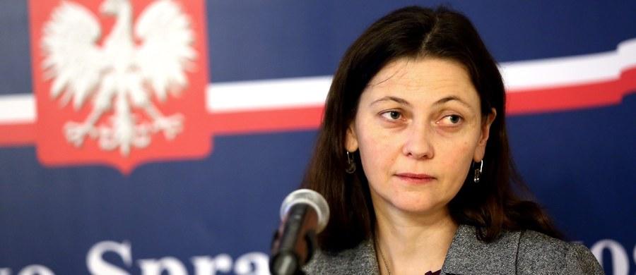 Monika Zbrojewska została odwołana z funkcji wiceministra sprawiedliwości. To pokłosie skandalu z jej udziałem - kobieta została zatrzymana przez łódzką policję za jazdę po pijanemu. Zbrojewska zachowywała się agresywnie wobec funkcjonariuszy. Odwieziono ją do Izby Wytrzeźwień.