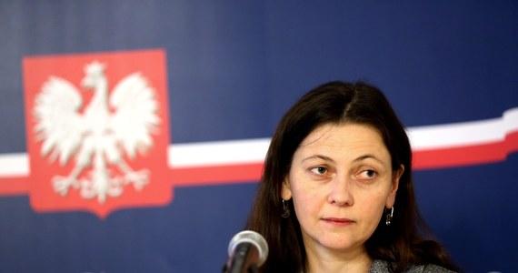 Pijana wiceminister sprawiedliwości Monika Zbrojewska, którą zatrzymano wczoraj w Łodzi, wyszła z izby wytrzeźwień po kilku godzinach, bo przestała stwarzać zagrożenie dla siebie i innych - dowiedziała się dziennikarka RMF FM Agnieszka Wyderka. Zastosowano wobec niej taką samą procedurę, jaką stosuje się wobec pijanych kierowców.