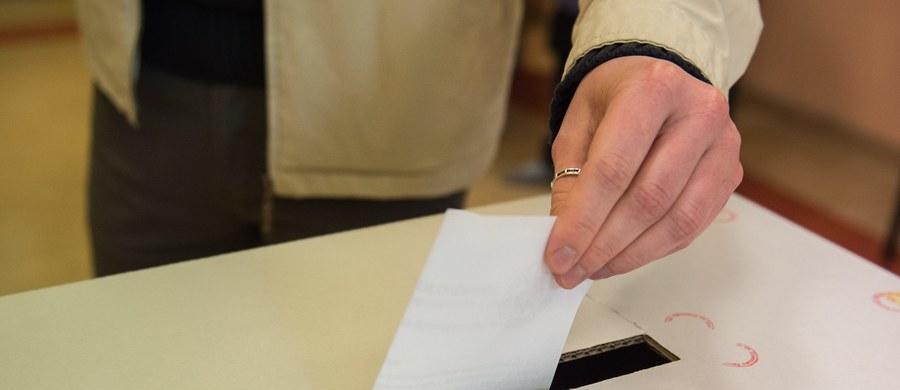 """Palił się lokal wyborczy w Biskupinie w Kujawsko-Pomorskiem - to potwierdzona przez straż pożarną informacja z Gorącej Linii RMF FM. Jak się dowiedzieliśmy, w ogniu stanął kominek w drewnianym budynku, w którym zorganizowano lokal wyborczy. """"Przerwa w głosowaniu trwała mniej więcej półtorej godziny - w tym czasie dwie osoby chciały oddać głos, musiały poczekać. Nie ma powodów do przedłużania ciszy wyborczej"""" - powiedział przewodniczący PKW Wojciech Hermeliński."""