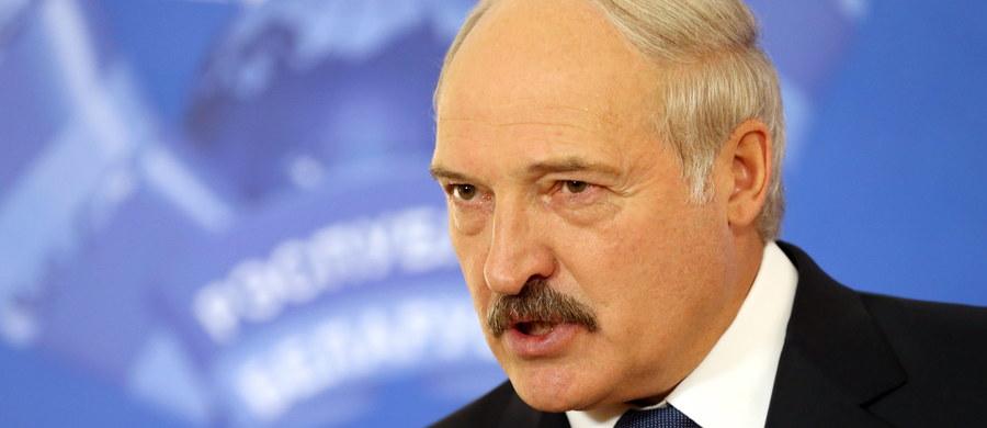 """Prezydent Białorusi Alaksandr Łukaszenka skrytykował laureatkę literackiej Nagrody Nobla Swietłanę Aleksijewicz. Zarzucił jej, że wylała za granicą """"wiadro pomyj"""" na swój kraj. Pisze o tym agencja BiełTA."""