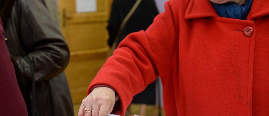 Złe karty wyborcze otrzymali niektórzy głosujący w jednym z lokali wyborczych w Krakowie przy ulicy Wysłouchów na Woli Duchackiej. Nie ma na nich nazwisk kandydatów dwóch komitetów wyborczych - to sygnał od słuchacza, który zadzwonił na Gorącą Linię RMF FM. Okręgowa Komisja Wyborcza potwierdziła nam tę informację.