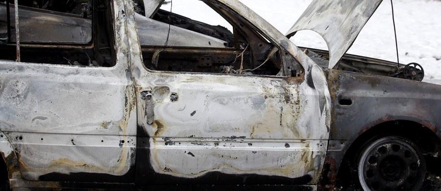 Minionej nocy na osiedlu Słonecznym w Bielsku-Białej spłonęły dwa auta, a trzecie zostało nadpalone. To już drugi taki przypadek w tym tygodniu.