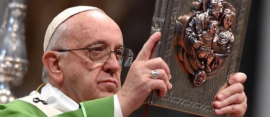 """Papież Franciszek powiedział, że zakończony w Watykanie synod biskupów na temat rodziny był """"trudny"""", ale wyraził też przekonanie, że przyniesie wiele owoców. Ojciec Święty modlił się o to, aby udało się zrealizować wskazania z obrad."""