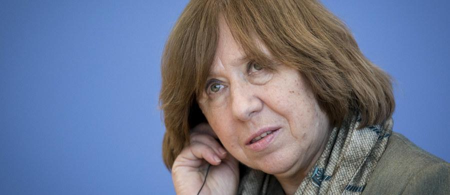 """Laureatka literackiej Nagrody Nobla Swietłana Aleksijewicz odpowiedziała na krytykę ze strony prezydenta Białorusi Alaksandra Łukaszenki, który zarzucił jej, że wylała za granicą """"wiadro pomyj"""" na swój kraj. """"Mam nadzieję, że nie żyjemy w feudalizmie. I mam nadzieję, że Łukaszenka nie myśli jak francuski monarcha: 'Państwo to ja'"""" - stwierdziła Aleksijewicz w wywiadzie dla radiostacji """"Goworit Moskwa""""."""