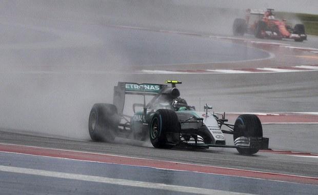 Niemiec Nico Rosberg wystartuje w Austin z pole position w wyścigu o Grand Prix USA. Obok niego z pierwszej linii ruszy jego partner z zespołu Mercedes, broniący tytułu mistrza świata Formuły 1 Brytyjczyk Lewis Hamilton. Kierowcom w Austin wciąż mocno przeszkadza pogoda.