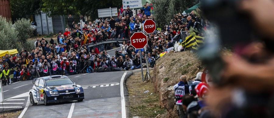 Norweg Andreas Mikkelsen wygrał Rajd Hiszpanii - przedostatnią rundę samochodowych mistrzostw świata. Ogromnego pecha miał Francuz Sebastien Ogier, który prowadził z przewagą 50 sekund, ale na ostatnim odcinku specjalnym wypadł z trasy i nie ukończył rywalizacji.