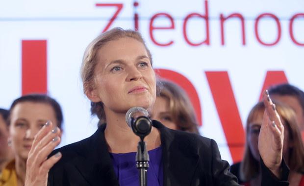 """""""Nie oszukujmy się, liczyliśmy na więcej i to było w zasięgu naszych możliwości """" - tak Barbara Nowacka ze Zjednoczonej Lewicy skomentowała sondażowe wyniki wyborów parlamentarnych. """"Wróci czas na lewicę, nie poddamy się"""" - zapewniła."""