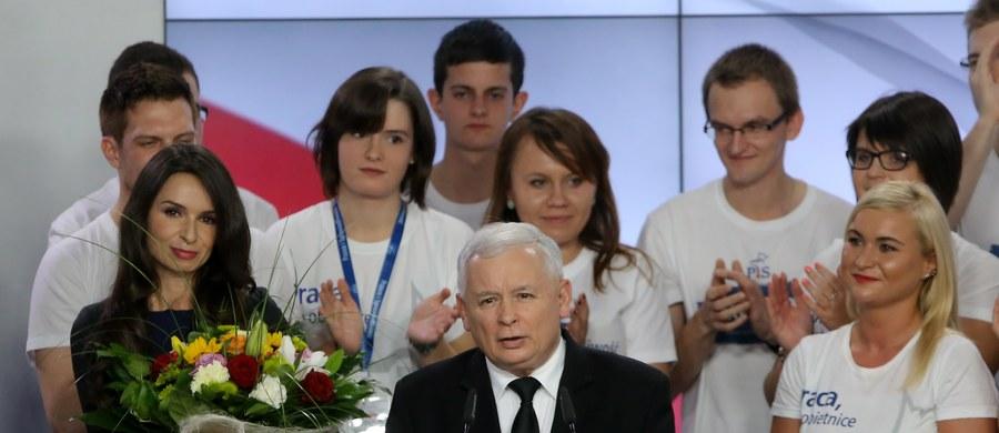 """""""Zwycięstwo PiS to niezwykłe w polskiej demokracji zwycięstwo jednej partii. Na to różni ludzie w różnych okresach pracowali przez 25 lat"""" - powiedział Jarosław Kaczyński po ogłoszeniu sondażowych wyników wyborów parlamentarnych. Według nich, PiS zdobył 39,1 proc., a rządząca do tej pory Platforma Obywatelska 23,4 proc."""