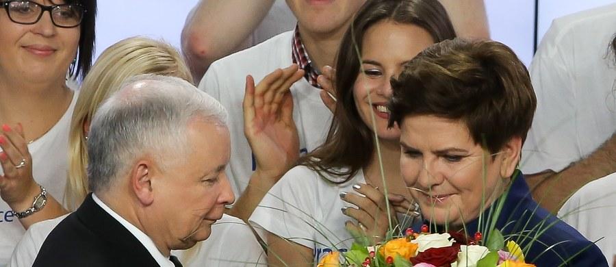 """""""Ten wielki sukces zawdzięczamy konsekwencji, pracy i zrozumieniu Polaków. Nie oderwaliśmy się od rzeczywistości, tylko poszliśmy tam, gdzie ludziom jest często bardzo ciężko"""" - powiedziała po ogłoszeniu sondażowych wyników wyborów wiceprezes PiS Beata Szydło. Według nich, PiS zdobył 39,1 proc., a rządząca do tej pory Platforma Obywatelska 23,4 proc."""