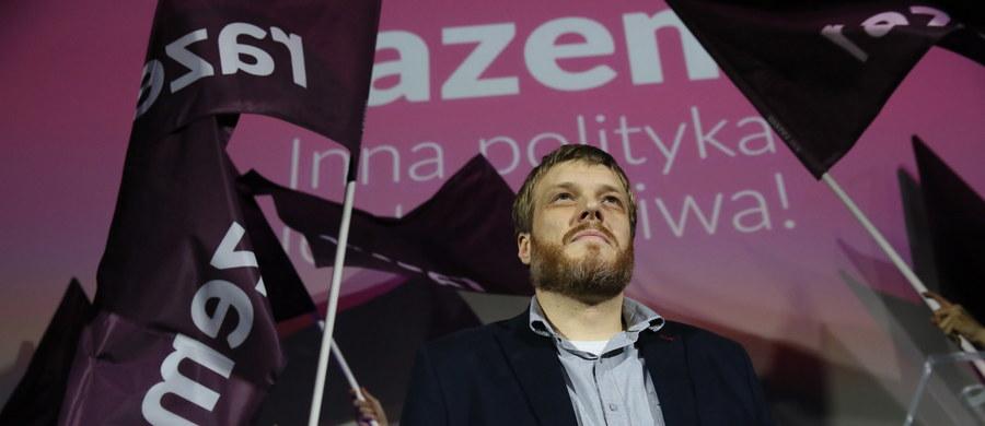 """""""Udowodniliśmy, że inna polityka jest możliwa; że jest możliwa polityka robiona przez zwykłych ludzi i w interesie zwykłych ludzi; że jest możliwa polityka, która nie kończy się na roszadach w telewizyjnych studiach, a która dzieje się na ulicy"""" - mówił Adrian Zandberg podczas wieczoru wyborczego partii Razem. """"Już dziś są nas tysiące, a będą nas dziesiątki tysięcy. Zbudujemy inny model polityki - masowej, demokratycznej, zaangażowanej, wokół programu"""" – podkreślał."""