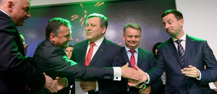 PSL był, jest i będzie w parlamencie - powiedział lider ludowców Janusz Piechociński podczas wieczoru wyborczego swojej partii. Według sondażu Ipsos dla TVP, PSL uzyskało 5,2 proc. głosów.