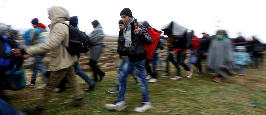 """Tygodnik """"ABC"""" publikuje w najnowszym wydaniu wyniki prowokacji dziennikarskie, która miała sprawdzić, czy polskie gminy są gotowe na przyjęcie uchodźców. """"Polska prowincja daleka jest od nietolerancji. To nie uprzedzenia sprawiają, że wójtowie nie chcą przyjmować przybyszów z Bliskiego Wschodu, ale dramatyczny brak środków oraz nieudolność lub wręcz głupota władz centralnych"""" – podkreśla tygodnik. """"Rząd godząc się na przyjęcie imigrantów, nawet na chwilę nie pomyślał, kto zapłaci za tę operację. Kto da pracę imigrantom i kto zajmie się ich aprowizacją w Polsce"""" – dodaje."""
