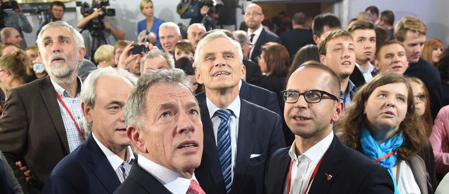 """Polacy zagłosowali w niedzielę za zmianą, wynosząc do władzy eurosceptycznych konserwatystów, którzy wypłynęli na fali populistycznych obietnic i obaw przed napływem uchodźców - odnotowuje agencja AFP. Z kolei Associated Press pisze o """"decydującym zwrocie w prawo""""."""