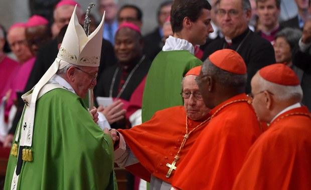 Papież odwiedził w klinice Gemelli w Rzymie francuskiego kardynała Rogera Etchegaraya, który przewrócił się w bazylice Świętego Piotra podczas mszy. Franciszek próbował pomóc purpuratowi i nie dopuścić do jego upadku.