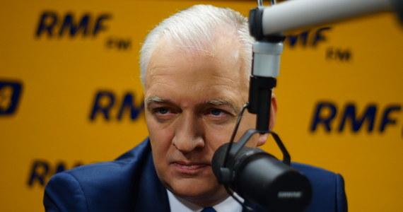 """Jarosław Gowin szefem MON? """"Jeżeli propozycja prezes Szydło zostanie podtrzymana, to nie uchylę się od odpowiedzialności"""" – mówi w Kontrwywiadzie RMF FM Jarosław Gowin ze Zjednoczonej Prawicy. Dodaje, że Beata Szydło jest kandydatem na premiera, wskazanym przez Jarosława Kaczyńskiego, """"chociaż do tej pory nie było formalnych decyzji kierownictwa PiS"""". """"Szydło to osoba, która daje gwarancję bardzo dobrej współpracy z Jarosławem Kaczyńskim. Byłem ministrem i wiem, że premier nie może być sterowany z tylnego siedzenia"""" – komentuje gość RMF FM. """"Prezes jest patronem politycznym podwójnego zwycięstwa. Każda próba pomniejszenia znaczenia politycznego Jarosława Kaczyńskiego byłaby nieracjonalna"""" – uważa Gowin. Pytany o to, czym nowy Sejm powinien zająć się w pierwszej kolejności, odpowiada: """"Górnictwem, bo Ewa Kopacz doprowadziła górnictwo do stanu kompletnej zapaści"""". """"Nie możemy sobie pozwolić na to, żeby wpompowywać kolejne miliardy w niezrestrukturyzowane kopalnie"""". Obietnice PiS? """"Zobaczymy, na co stać polskie państwo i co jest racjonalne do zrobienia. Być może część reform PiS trzeba będzie rozłożyć w czasie"""" – uważa Jarosław Gowin. Poszerzanie bazy politycznej? """"Biało-czerwona koalicja będzie konstytucyjna, z Kukizem i częścią PO taką większość udałoby się zbudować"""" – odpowiada gość RMF FM. Dodaje, że Zjednoczona Prawica wspólnie z częścią opozycji musi wypracować wspólny projekt konstytucji. """"Wyjdziemy z propozycją uczciwej współpracy z opozycją. Wprowadzimy pakiet demokratyzacyjny. W tej kadencji opozycja będzie traktowana lepiej niż w poprzedniej"""" – zapowiada Jarosław Gowin."""