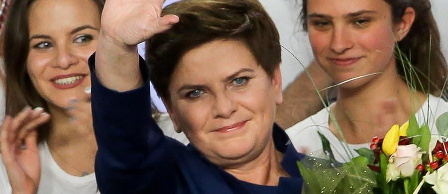 """""""Hollande i Merkel mają zimne dreszcze""""! """"Polska nie będzie się już starała być dobrym uczniem Brukseli""""! """"Beata Szydło - madonna konserwatystów zostanie premierem""""! To komentarze francuskich mediów po wyborczym triumfie PiS-u."""