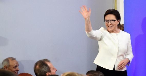 PiS wygrał. Zdecydowanie. I choć procentowo jego wynik wygląda nieco gorzej niż rezultaty SLD z 2001 i PO z 2007 i 2011, wszystko wskazuje na to, że, po raz pierwszy w najnowszych dziejach, jedna partia będzie dysponowała sejmową większością i wywodzącym się z niej prezydentem. Wielki, usłany wieloma porażkami, marsz Jarosława Kaczyńskiego ku odzyskaniu władzy, został po ośmiu latach uwieńczony sukcesem. A PO przełyka gorycz porażki, liczy stracone mandaty i zastanawia się, co zrobić, by móc marzyć o powrocie do gry.
