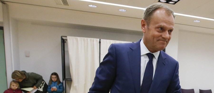 Przewodniczący Komisji Europejskiej Jean-Claude Juncker wysłał list do kandydatki PiS na premiera Beaty Szydło, gratulując jej zwycięstwa w wyborach parlamentarnych w Polsce. Gratulacje wysłał też szef Rady Europejskiej Donald Tusk.
