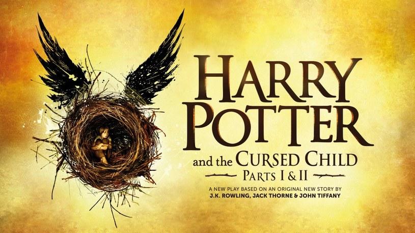 """W 2016 r. Harry Potter trafi na scenę londyńskiego teatru na West Endzie. Sztuka o najsławniejszym chłopcu czarodzieju będzie zatytułowana """"Harry Potter and the Cursed Child"""" (Harry Potter i przeklęte dziecko). Poznaliśmy właśnie graficzną zapowiedź projektu."""