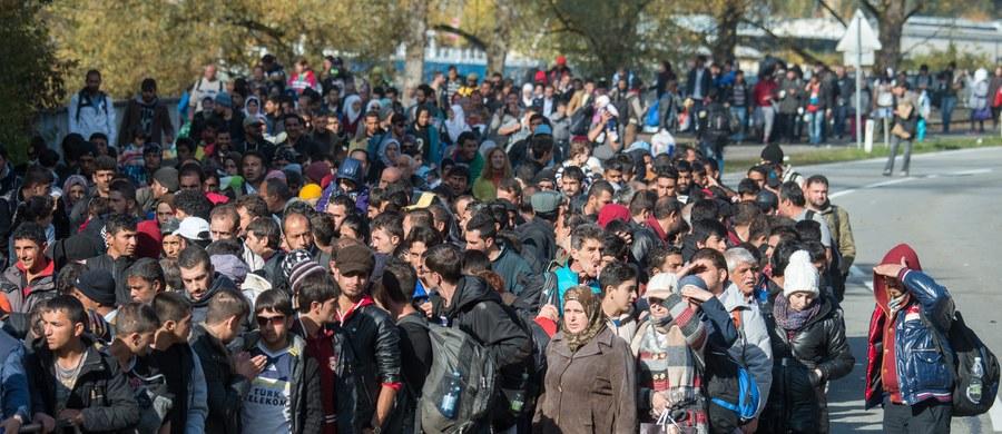 Nowy rząd PiS nie może zmienić decyzji Ewy Kopacz w sprawie uchodźców – twierdzą urzędnicy w Komisji Europejskiej, z którymi rozmawiała dziennikarka RMF FM. Pierwszą najbardziej kontrowersyjną sprawą w relacjach Bruksela - nowy polski rząd będzie z pewnością migracja. Rząd Kopacz zgodził się, żeby Polska przyjęła około 7 tys. uchodźców ze 160 tys., których trzeba było rozdzielić z obozów we Włoszech i w Grecji.