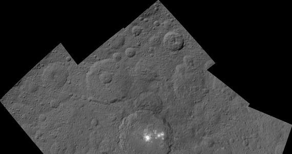 NASA opublikowała kolejne zdjęcia krateru Occator na planecie karłowatej Ceres i znajdujących się w jego wnętrzu tajemniczych białych plam. Krążąca wokół Ceres sonda Dawn wykonała je z wysokości 1470 kilometrów. Już w grudniu można się spodziewać dokładniejszych obrazów. Sonda rozpoczęła manewr obniżania orbity do wysokości zaledwie 380 kilometrów.