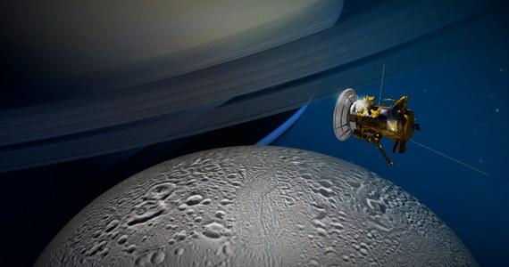 Sonda Cassini podejmie jutro próbę zbadania gejzerów lodu i pary wodnej emitowanych przez szósty co do wielkości księżyc Saturna, Enceladus. Sonda, krążąca wokół Saturna od 2004 roku, przeleci na wysokości zaledwie około 50 kilometrów nad południowym biegunem księżyca i po raz pierwszy przetnie charakterystyczne pióropusze materii, wytryskujące spod powierzchni pokrywającego go lodu. Badacze zastrzegają, że bezpośrednim celem przelotu nie jest szukanie tam życia, ale przyznają, że wodny ocean pod powierzchnią Enceladusa może być miejscem, gdzie życie miałoby teoretyczne szanse się pojawić.
