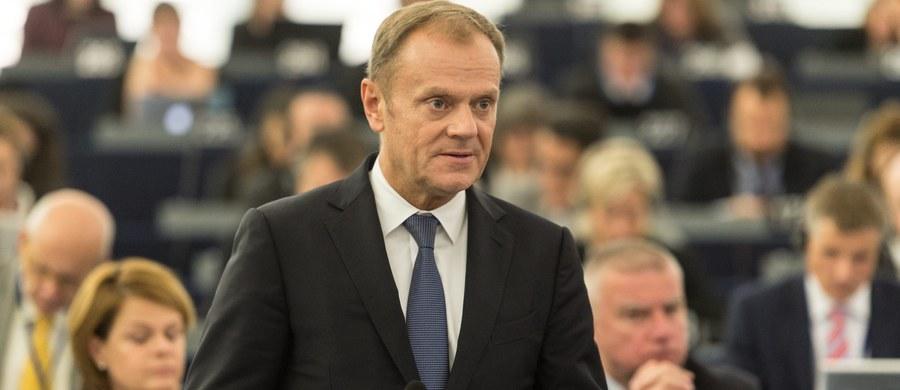 """""""Zawsze po wyborach trzeba zacząć od gratulacji i dobrych życzeń zarówno pod adresem zwycięzców - wynik wyborów jest jednoznaczny, ale gratuluję też pokonanym i wszystkim głosującym, tym, którzy mają dzisiaj poczucie satysfakcji i radości ze zwycięstwa, ale także tym, którzy muszą przełknąć gorycz porażki"""" - powiedział w Brukseli przewodniczący Rady Europejskiej Donald Tusk. """"Można gdybać (...) co by było, gdybym został w Polsce i nie objął stanowiska szefa Rady Europejskiej. Ale muszę powiedzieć, że ja akurat - podobnie zresztą, jak wyborcy - najmniej zastrzeżeń miałbym do pani premier jako lidera Platformy"""" - oświadczył. """" Nie sądzę, by kwestia tego, kto był szefem Platformy w czasie tej kampanii, miała kluczowe znaczenie dla wyniku"""" - ocenił."""
