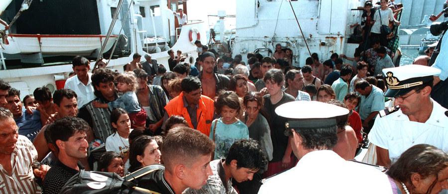 """Unijny plan relokacji migrantów okazał się fiaskiem - pisze włoski dziennik """"Corriere della Sera"""". W ciągu miesiąca od zawarcia porozumienia o rozmieszczeniu 40 tysięcy uchodźców w krajach Unii Europejskiej z Włoch udało się wysłać do innych państw tylko 87 osób."""