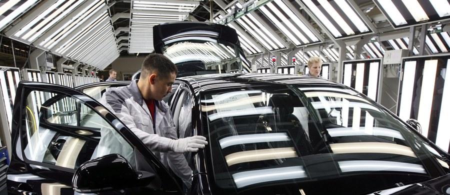 Volkswagen zanotował w trzecim kwartale tego roku operacyjną stratę w wysokości 3,5 mld euro - podały władze koncernu w Wolfsburgu. Niemiecki producent samochodów boryka się ze skutkami skandalu dotyczącego manipulacjami testami spalin w silnikach Diesla.