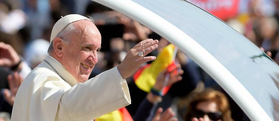 """Włosi obdarzają rekordowo wysokim zaufaniem papieża Franciszka i wyjątkowo niskim Kościół - takie wyniki sondażu publikuje """"La Repubblica"""". Według gazety, jeszcze nigdy rozdźwięk między poparciem dla papieża i Kościoła, który czuje się """"oblężony"""", nie był tak duży."""