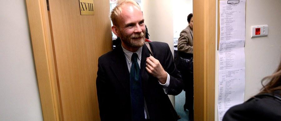 Urząd Stanu Cywilnego zasadnie odmówił wydania zaświadczenia, które pozwalałoby Jakubowi Urbanikowi na zawarcie małżeństwa jednopłciowego w Hiszpanii - orzekł prawomocnie Sąd Okręgowy w Warszawie.