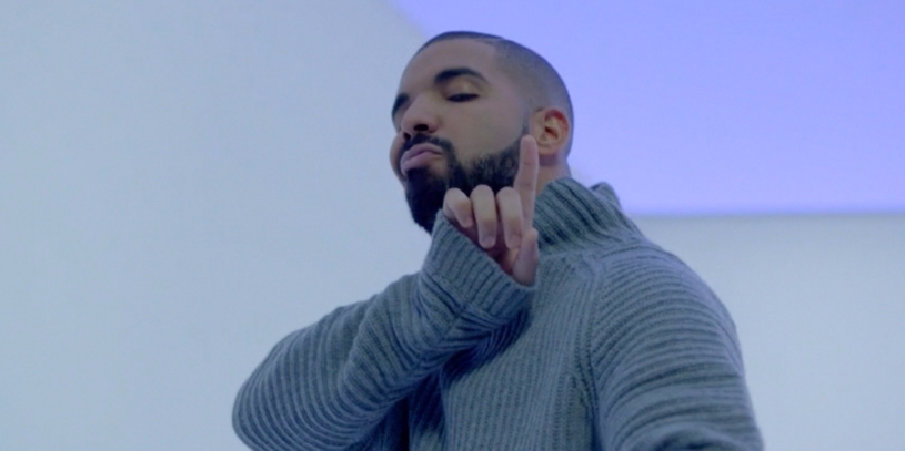"""20 października na serwisie Tidal zadebiutował nowy teledysk Drake'a """"Hotline Bling"""", który z miejsca stał się jednym z najbardziej viralowych klipów tego roku. Dlaczego? Wystarczy spojrzeć na taniec rapera. Tydzień po premierze żarty nie ustają."""