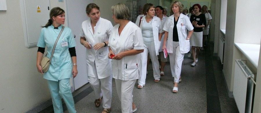 Wiemy, jakie leki na receptę będą mogły przepisywać pielęgniarki i położne. Minister zdrowia podpisał rozporządzenie z wykazem tych substancji. Od 1 stycznia nie po każdą receptę będzie trzeba ustawiać się w kolejce do lekarza.