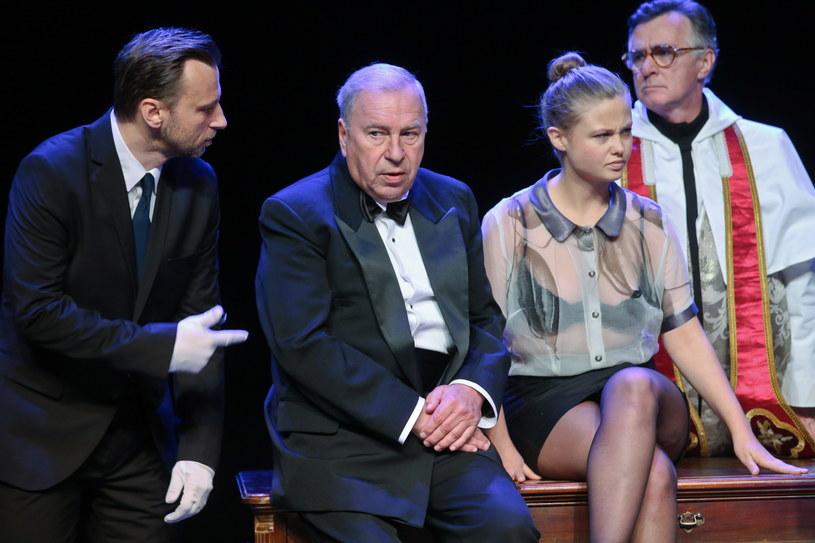"""Jerzy Stuhr po raz kolejny reżyseruje spektakl w Teatrze Polonia. Tym razem jest to sztuka """"Na czworakach"""" Tadeusza Różewicza, gdzie aktor gra też główną rolę. Jak mówi, jest to spektakl o nim samym, a do siebie samego trzeba mieć dystans."""