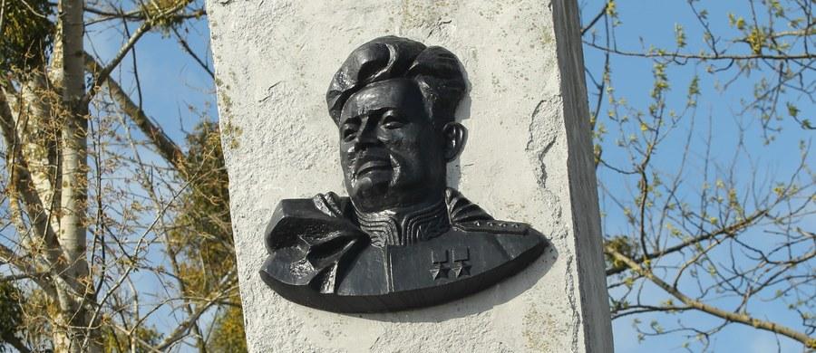 Rosjanie nie zaprzestają prób wykupienia zdemontowanego w Pieniężnie popiersia sowieckiego generała Iwana Czerniachowskiego - kata żołnierzy AK na Wileńszczyźnie. Jeden z rosyjskich biznesmenów zaproponował za popiersie... ciężarówkę pszenicy.